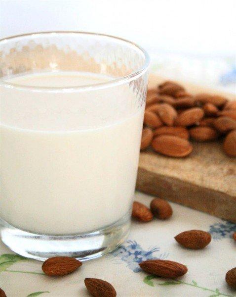 Trocando o leite de vaca por leite de amêndoas